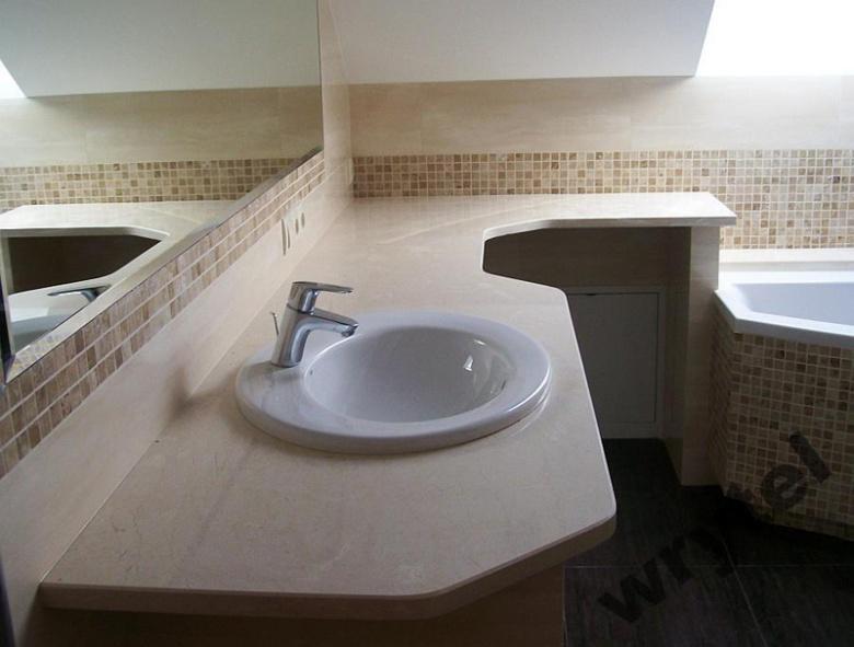 Kamienny blat w łazience – jasny