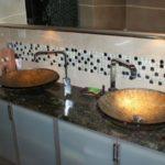 Kamienny blat w łazience - ciemny