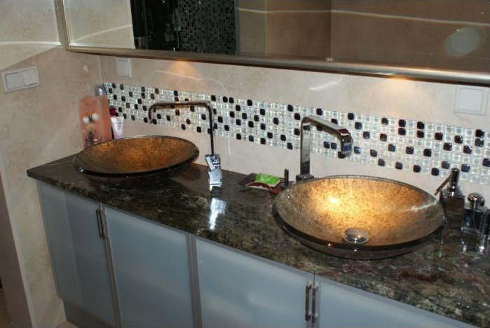 Kamienny blat w łazience – ciemny