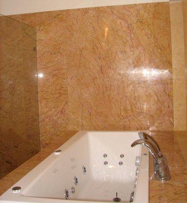 Kamienna zabudowa łazienki