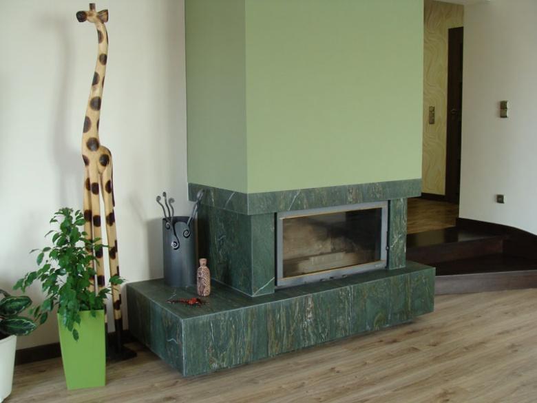 Kominek z zielonego kamienia